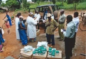 Distribuzione di farmaci alla popolazione in foresta