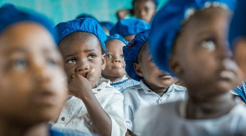 """A Wamba le donne sono costrette a lasciare incustoditi i loro figli per poter lavorare i campi che normalmente sono lontani dall'abitazione. Questo per difendere il raccolto dai maiali selvatici che girano tra le case. Costruire una scuola materna avrebbe aiutato queste donne e i loro bambini: nasce così """"S.Lucia"""", il primo asilo della regione di Wamba."""