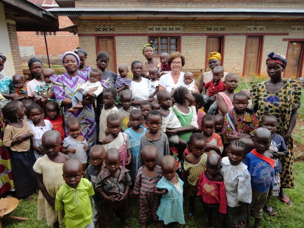 Bambini malnutriti e suora Marie Noelle al Centro Nutrizionale Mama Kahenga, Wamba, RDC.