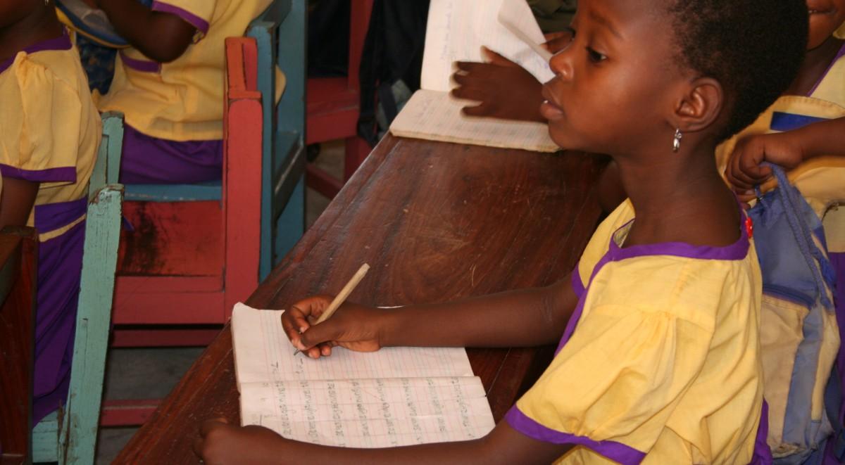 Bambina tanzaniana durante una lezione nella nostra scuola a Mbagala.