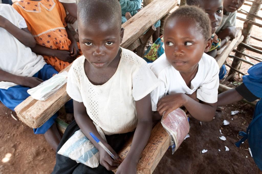 Bambini congolesi in una scuola in foresta.